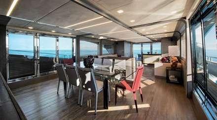 MCY 105: Yacht & Jet in stile in stile Moderno di  roberta mari