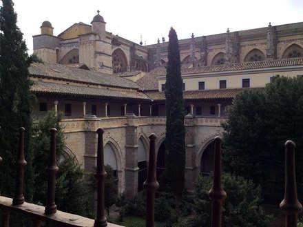 Claustro Catedral de Toledo: Jardines de invierno de estilo ecléctico de Anticuable.com