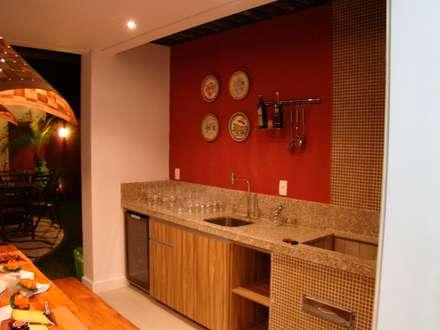 Residência de Praia: Cozinhas rústicas por Tupinanquim Arquitetura Brasilis
