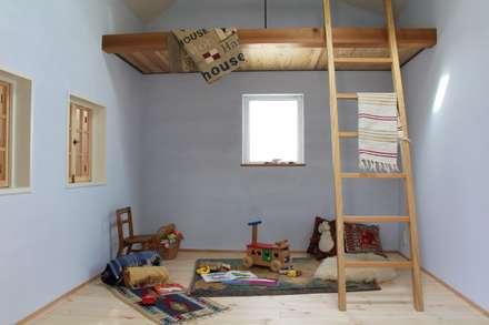 House in Higashinada: MimasisDesign [ミメイシスデザイン]が手掛けた子供部屋です。
