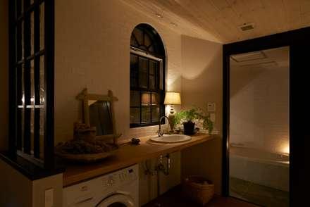 House in Higashikanmaki: MimasisDesign [ミメイシスデザイン]が手掛けた浴室です。