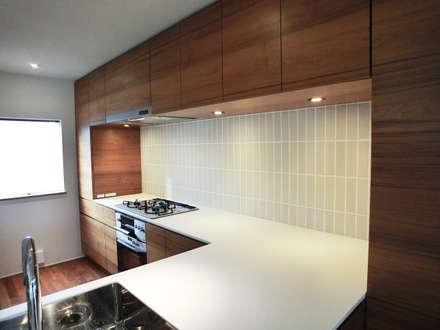 House in Matsugasaki: MimasisDesign [ミメイシスデザイン]が手掛けたキッチンです。
