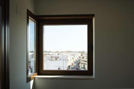 Ventana en esquina. : Ventanas de estilo  de Alberto Millán Arquitecto