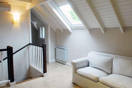 Sala de estar: eclectic Media room by Radrizzani Rioja Arquitectos