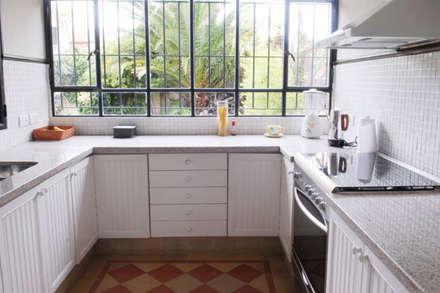 Cocina + ventanas: eclectic Kitchen by Radrizzani Rioja Arquitectos