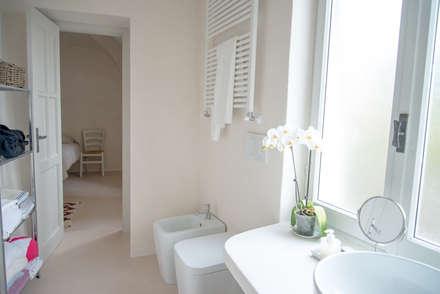 ... al mare: Bagno in stile in stile Mediterraneo di con3studio