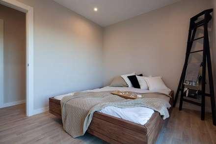 Dormitorio modelo Chipiona de Casas inHaus: Dormitorios de estilo moderno de Casas inHAUS