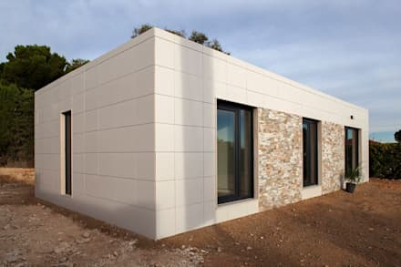 Fachada moderna del modelo Chipiona de Casas inHaus: Casas de estilo moderno de Casas inHAUS