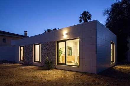 Iluminación nocturna fachada del modelo Chipiona de Casas inHaus: Casas de estilo moderno de Casas inHAUS