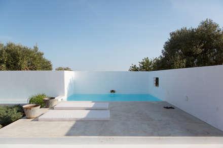 Pensão Agricola: Piscinas mediterrânicas por atelier Rua - Arquitectos
