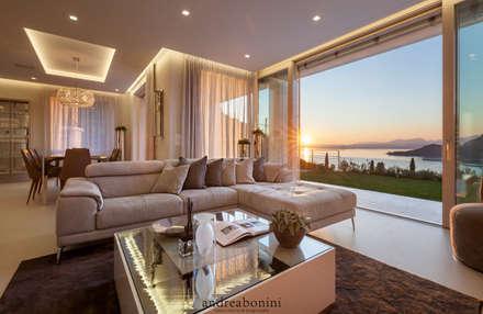 Villa on lake Garda: Soggiorno in stile in stile Moderno di Andrea Bonini luxury interior & design studio