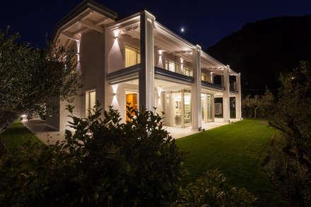 Villa on lake Garda: Case in stile in stile Moderno di Andrea Bonini luxury interior & design studio