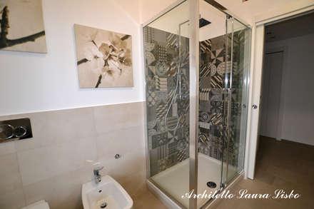 un appartamento per 3!: Bagno in stile in stile Moderno di ARCHITETTO LAURA LISBO