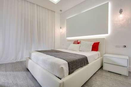 UN APPARTAMENTO D'ELITE: Camera da letto in stile in stile Moderno di SERENA ROMANO' ARCHITETTO