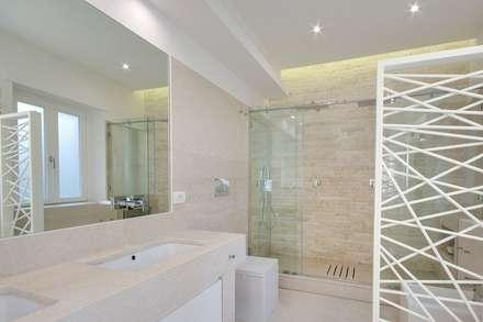UN APPARTAMENTO D'ELITE: Bagno in stile in stile Moderno di SERENA ROMANO' ARCHITETTO