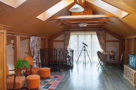 мансардный этаж: Медиа комнаты в . Автор – Творческая Мастерская Владимира Романова