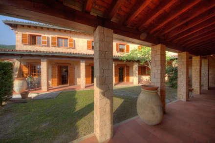Villa: Case in stile in stile Rustico di Emilio Rescigno - Fotografia Immobiliare