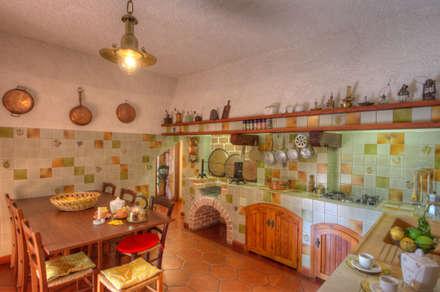 Villa: Cucina in stile in stile Rustico di Emilio Rescigno - Fotografia Immobiliare