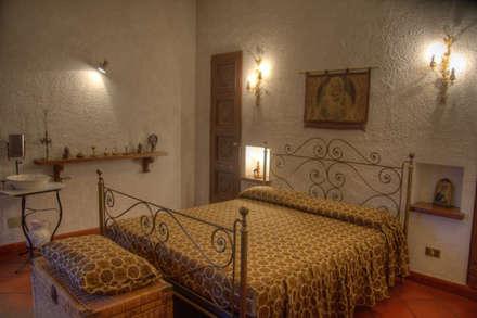 Dormitorios de estilo rústico por Emilio Rescigno - Fotografia Immobiliare