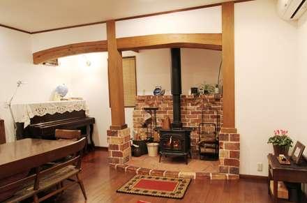 H邸 リビング: 一級建築士事務所 さくら建築設計事務所が手掛けたリビングです。