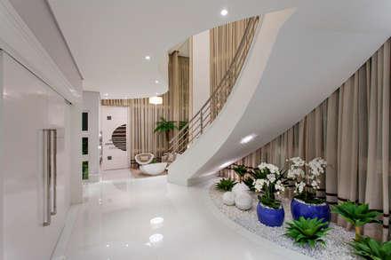 modern Corridor, hallway & stairs by Arquiteto Aquiles Nícolas Kílaris