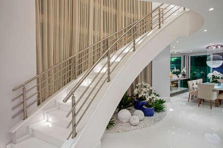 Casa Orquídea: Corredores, halls e escadas modernos por Arquiteto Aquiles Nícolas Kílaris