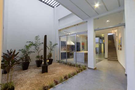 Corridor, hallway by CERVERA SÁNCHEZ ARQUITECTOS
