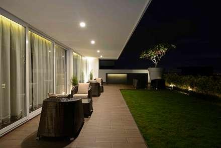 THE RIDGES - A3 VILLA:  Terrace by Aijaz Hakim Architect [AHA]