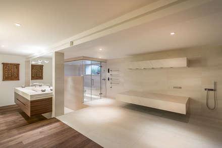 Dampfbad und Horizontaldusche ergänzen den privaten Wellnessbereich:  Sauna von corso sauna manufaktur gmbh