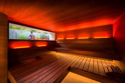 Design-Sauna in dunklem Nussbaum.:  Sauna von corso sauna manufaktur gmbh