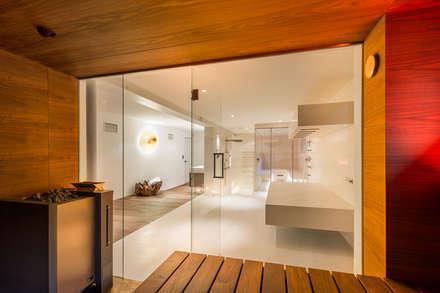 Design-Sauna: die Glasfront lässt viel Licht in die Sauna.:  Sauna von corso sauna manufaktur gmbh
