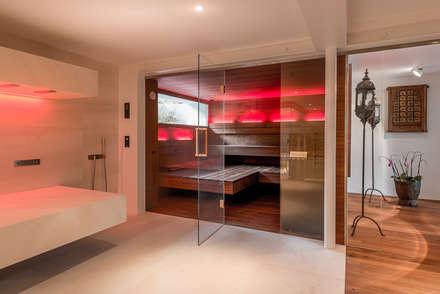 Design-Sauna: toller Kontrast zwischen dunklem Nussbaum und hellem Spa.:  Sauna von corso sauna manufaktur gmbh