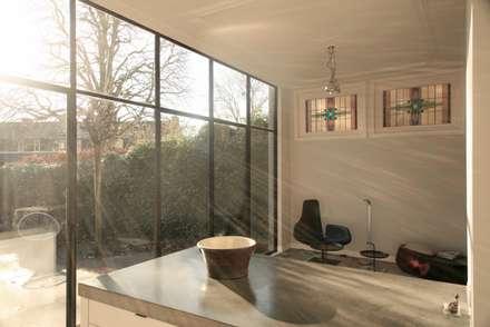 zicht vanuit keuken: minimalistische Keuken door ddp-architectuur