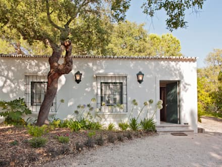 MY COTTAGE FOR A HORSE: Casas campestres por SA&V - SAARANHA&VASCONCELOS