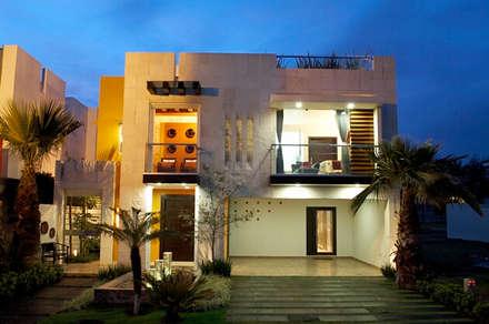 alzado frontal: Casas de estilo moderno por arketipo-taller de arquitectura