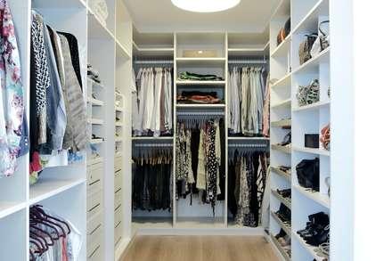 CASA PV59: Closets modernos por RODRIGO FONSECA