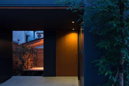 エントランス 夜景: 藤森大作建築設計事務所が手掛けた廊下 & 玄関です。