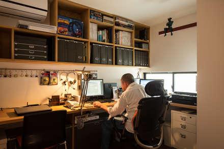 コレクションのフィギアに囲まれた楽しいホームオフィススペース: 藤森大作建築設計事務所が手掛けた書斎です。