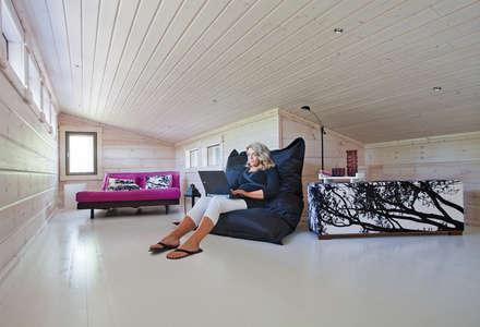 Winterhaus Modell Pyry von Kontio: skandinavische Wohnzimmer von Woody-Holzhaus - Kontio