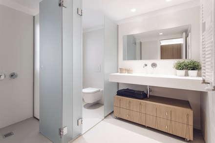 Baño habitación doble: Baños de estilo minimalista de onside