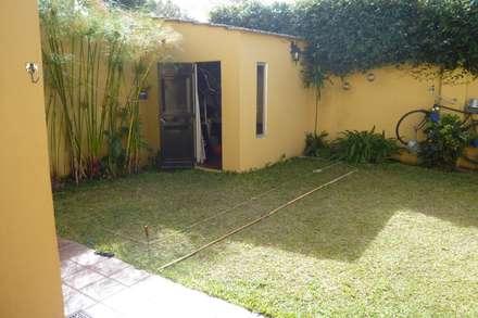 Jardín exsistente: Piletas de estilo rústico por CC|arquitectos