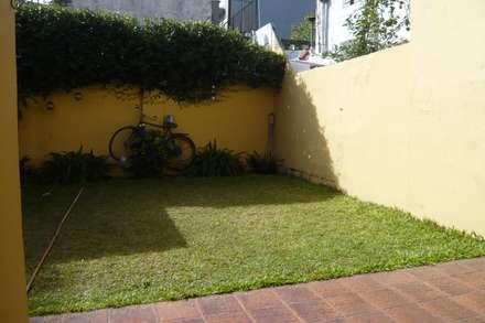 Jardín existente: Piletas de estilo rústico por CC|arquitectos