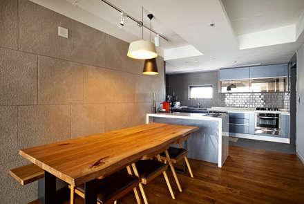NATURAL WOOD HOUSE: housetherapy의  다이닝 룸