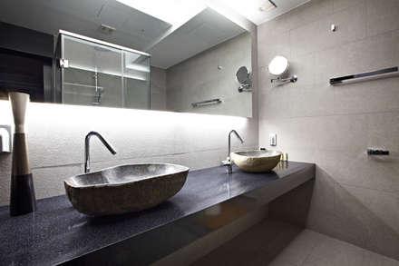 NATURAL WOOD HOUSE: housetherapy의  화장실