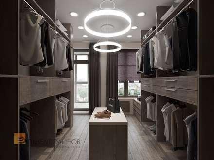 Интерьер квартиры в стиле минимализм, 165 кв.м.: Гардеробные в . Автор – Студия Павла Полынова