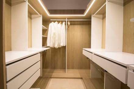 REFORMA DE VIVIENDA EN CALLE BURRIANA (VALENCIA): Vestidores de estilo minimalista de DonateCaballero Arquitectos