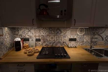 rivestimento andaluso sulle Alpi: Cucina in stile in stile Rustico di enrico massaro architetto