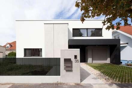 Wohnen am Pool: moderne Häuser von PASCHINGER ARCHITEKTEN ZT KG