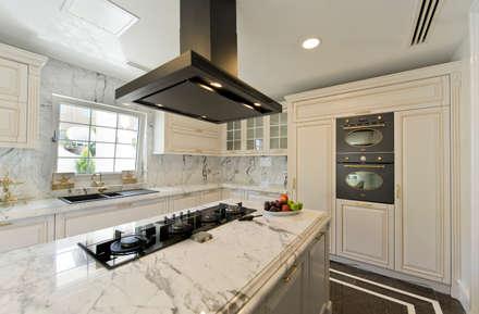 VRLWORKS – Ümit Aslan Villası Kemer: modern tarz Mutfak