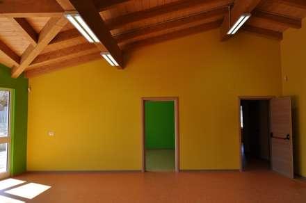 Nido d'Infanzia in X-Lam: Stanza dei bambini in stile in stile Classico di Angoli Legno &dilizia